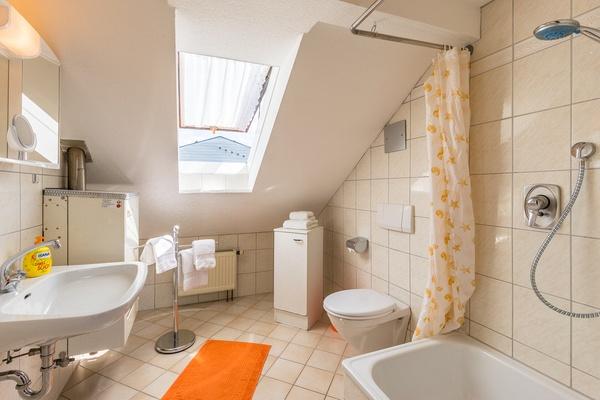 Ferienwohnung im DG: Dachgeschoss - Bad/WC. Haus Christine am Vogelsang, Ferienwohnungen in Lindau am Bodensee.