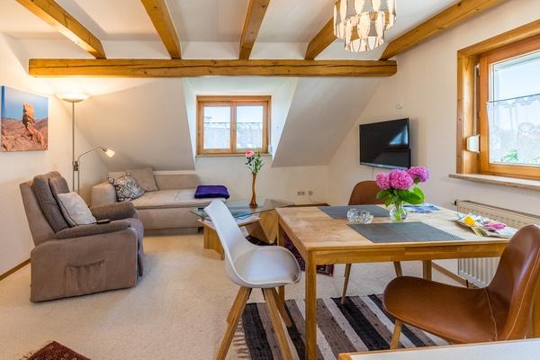 Ferienwohnung im DG: Dachgeschoss - Wohnzimmer & Essbereich. Haus Christine am Vogelsang, Ferienwohnungen in Lindau am Bodensee.