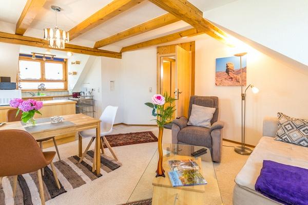 Ferienwohnung im DG: Dachgeschoss - Wohnzimmer, Essbereich & Küche. Haus Christine am Vogelsang, Ferienwohnungen in Lindau am Bodensee.