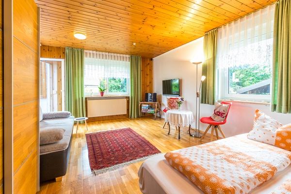 Ferienwohnung im EG: Erdgeschoss - Wohnzimmer mit Schlafcouch als Zusatzbett. Haus Christine am Vogelsang, Ferienwohnungen in Lindau am Bodensee.