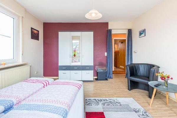 Ferienwohnung im OG: 1. Obergeschoss - Wohnzimmer mit Schlafcouch als Zusatzbett. Haus Christine am Vogelsang, Ferienwohnungen in Lindau am Bodensee.